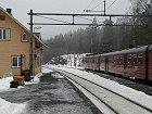 Sandermosen stasjon, like fin både vinter og sommer.