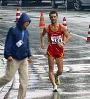 Francisco Fernandez i aksjon like før funksjonæren går i veien for ham så de to kolliderer. Men Fernandez kom seg raskt videre.
