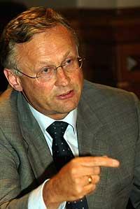 HVA VIL HAN GJØRE?: Larsen tror ikke sentralbanksjef Svein Gjedrem vil sette opp rente ved neste rentemøte. Foto: Scanpix