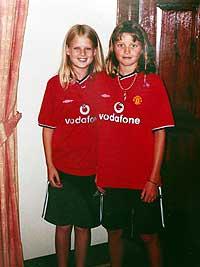 Holly Wells (t.v.) og Jessica Chapman i sine Manchester United-trøyer. (Foto: Reuters/Stephen Hird)