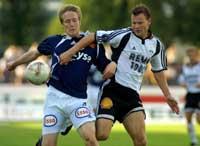 Bjørn Dahl (t.v.) passerer Rosenborgs Janne Saarinen og gir Viking ledelsen 1-0. (Foto: Alf Ove Hansen / SCANPIX)