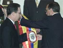 Alvaro Uribe overtok presidentverdigheten i Colombia onsdag kveld. (Foto: STR/Reuters/Scanpix)