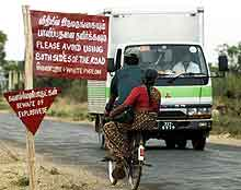 En syklist passerer en lastebil i et område på Sri Lanka som kontrolleres av de tamilske opprørerne. REUTERS/Anuruddha Lokuhapuarachch