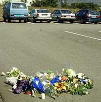 Blomster på åstedet for søndagens drosjedrapet på parkeringsplassen ved Forus. (Foto: Scanpix/Alf Ove Hansen)
