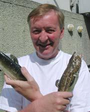 OJ er glad i fisk. Her representert ved to eksemplarer fra rekvisitt-lageret.