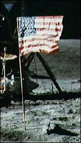 Hvordan kan et flagg blafre når det ikke er luft på månen? (Foto: NASA)