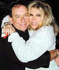 Nancy Sinatra sammen med Eric Burdon på en konsert i Hollywood, desember 2000 (foto: Nancysinatra.com).