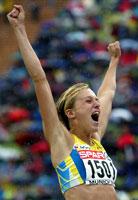 Kajsa Bergqvist jubler etter høyde-gullet. (Foto:Kai Pfaffenbach /Reuters)