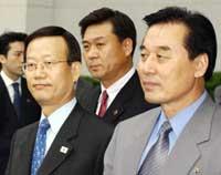 Nord-Korea får neppe mer økonomsk støtte, men her ses delegasjonens leder (til høyre) sammen med Sør-Koreas visefinansminister (Reuters)