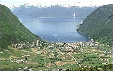 Vikøyri er kommunesenteret i Vik.