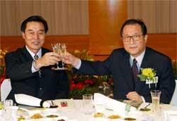 Den nordkoreanske delegasjonslederen Kim Ryung-sun skåler med Sør-Koreas minister for gjenforening Jeong Se-hyun. (Foto: Reuters/Scanpix)