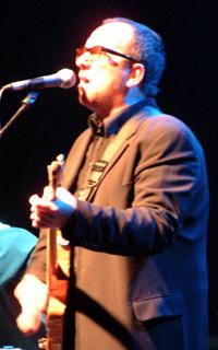 Elvis Costello imponerte på Rockefeller mandag kveld (foto: Rune Johansen, NRK).