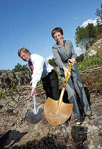 Statsrådene Bjørn Rosengren fra Sverige og Torhild Skogsholm fra Norge tar det første spadestikk til den nye Svinesundsbrua 7. august 2002. (Foto: Scanpix/Knut Falch)