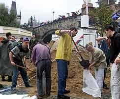 Innbyggerne i Praha bygger barrikader av sandsekker for å beskytte seg mot vannet. Foto: Petr Josek, Reuters)