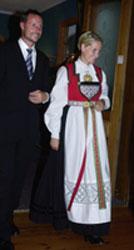 Kronprinsparet ankommer middagen på Sandven Hotell i Kvam tirsdag kveld, Kronprinsessen iført sin nye Hardanger-bunad. Foto: Erlend Aas/SCANPIX