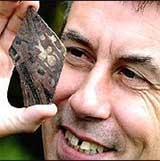 Paul Stamper viser fram ett av funnene. Foto: BBC