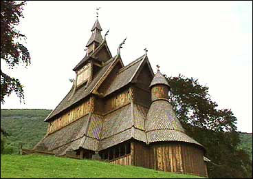 Hopperstad stavkyrkje er største turistattraksjonen blant kyrkjene i Vik. (Foto: Asle Veien, NRK)