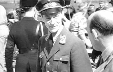 Gulbrand Lunde i samtale med fylkesmann Vidar Atne (t.h.) under eit stemne for Nasjonal Samling i Sogn i 1942. (Foto © Norsk Film/NRK)