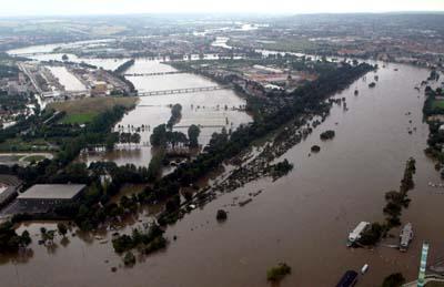 Et oversiktsbilde viser hvordan vannet har inntatt en bydel øst i Dresden. (Foto: Alexandra Winkler, Reuters)