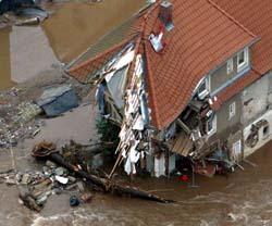 Flommen har ødelagt dette huset i Weesenstein ved Dresden. (Foto: Alexandra Winkler, Reuters)