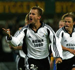 Harald Martin Brattbakk jubler etter scoringen (Foto: Scanpix)