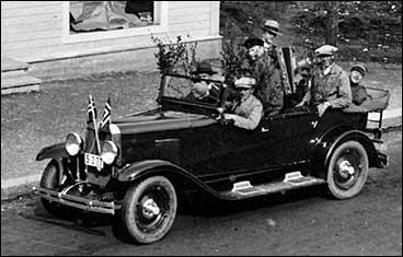 Leiv Larsen bak rattet på første bilen i Vik i 1931. (Foto © Fylkesarkivet)