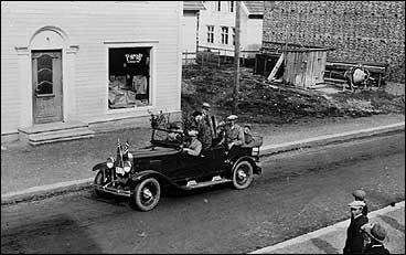 Første bilen i Vik i 1931 med Leiv Larsen bak rattet. (Foto © Fylkesarkivet)