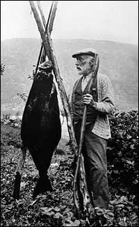 Jon Ivarson Hove med fiskelukke. (Foto © Fylkesarkivet)