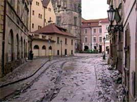 Mange bygninger i Tsjekkia må rives og bygges opp igjen på nytt etter flommen. (Reuters-Scanpix-foto)