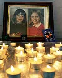 Bilde av de to jentene i St Andrews kirke i Soham. Foto: Russell Boyce, Reuters