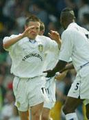 Et sent mål av Barmby sendte Leeds videre til andre runde.
