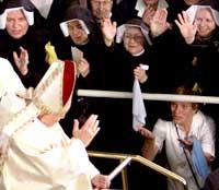 VERDSATT: Paven er svært populær i Polen, her blir paven hilst av nonner utenfor en ny kirke han vigslet utenfor Krakow (Foto: Peter Andrews/Reuters).