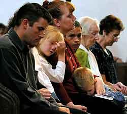 Innbyggerne i Soham samlet til messe i dag. (Foto: Dan Chung, Reuters)