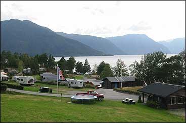 Djuvik camping ved fjorden mellom Vik og Vangsnes. (Foto: Arild Nybø, NRK)