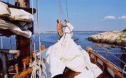 Skipper Henrik setter seil.