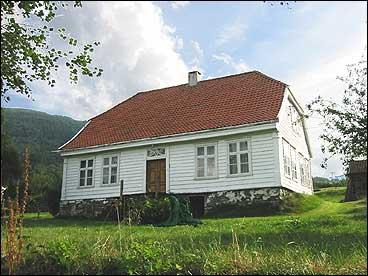 Hovudhuset på lensmannsgarden. (Foto: Arild Nybø, NRK)