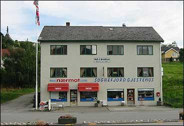 Sognefjord Gjestehus i 2002. I bakkane oppe til venstre kneisar Fritdtjof-statuen. (Foto: Arild Nybø, NRK)