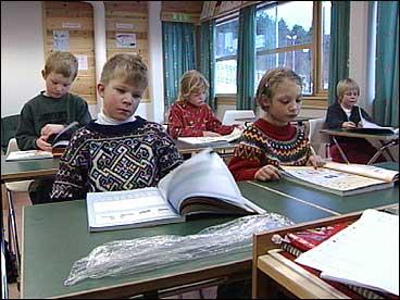 Undervisning ved Vangsnes skule. (Foto: Arild Nybø, NRK)