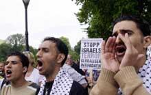 Et tusentalls demonstranter hadde møtt frem på Karl Johan for å gi uttrykk for sine syn på Israels utenriksminister Shimon Peres. (Foto: Thomas Bjørnflaten / SCANPIX)