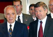 Statsminister Kjell Magne Bondevik tok i mot israels utenriksminister, Simon Peres, på sitt kontor i dag. (Foto: Knut Falch / SCANPIX)