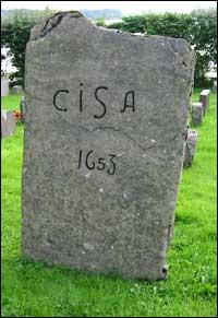 Dette er truleg gravsteinen til Christen Jenssøn, og vart funnen i jorda ved Askvoll kyrkje. (Foto: Arild Nybø, NRK)
