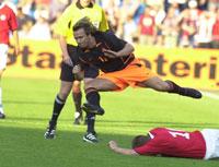 Boudewijn Zenden hopper over en liggende Trond Andersen i treningskampen i fotball på Ullevaal mellom Norge og Nederland. (Foto: Thomas Bjørnflaten /Scanpix)