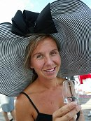 Heidi Gulbrandsen stilte med årets største hatt på Øvrevoll. Foto: Scanpix
