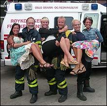 Briskeby brannstasjon: Tre Brigaden-skuespillere løfter Melonas-jentene (derav to høygravide) under årets høstlansering