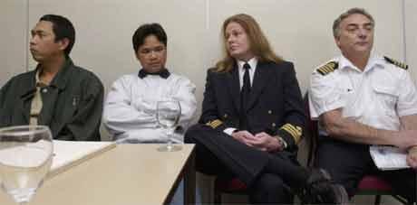 Kaptein Reidar Heggås (t.h.) sammen med overstyrmann Roar Torfinn Olsen og de to filippinske sjøfolkene som var på vakt. (Foto: Scanpix/Thomas Bjørnflaten)