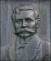Relieff av Nikolaus Gjelsvik på minnestøtta i Gjelvika. (Foto: A. Nybø, NRK)
