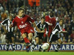 Michael Owen scorer på straffe og gir Liverpool 2-0. Men kampen var ikke over. (Foto: Alex Livesey, Getty Images)