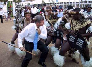 Kjell Magne Bondevik danser med en zulu-gruppe på miljøtoppmøtet i dag. (Foto: L.M.Hjorthol, Scanpix)