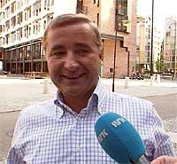 Investor Christen Sveeas på vei inn til styremøtet i Orkla onsdag 4. september 2002. (Foto: NRK)