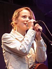 Gemma Hayes synger Lay Lady Lay sammen med Magnet på NRK P1s C-liste. Foto: Per Ole Hagen